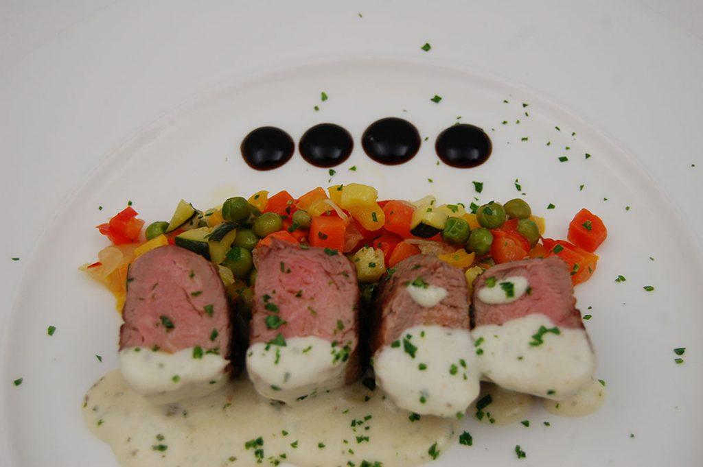 Medallones-de-Solomillo-con-verduras-Hotel-usias-1024x681.jpg